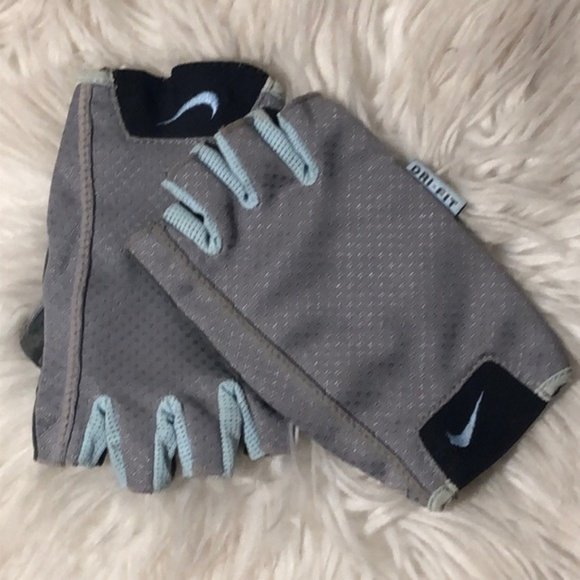 Nike Accessories - CC PRICE CUT! NIKE WOMEN'S WORKOUT GLOVES